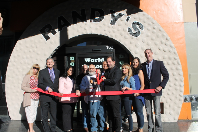 Chamber Welcomes Randy\'s Donuts to Hollywood